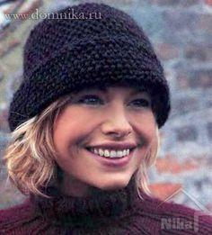 Теплая вязаная шапка спицами