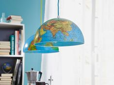 Transformer un globe terrestre un brin vieillot en deux suspensions. Une idée lumineuse, facile à réaliser en un rien de temps ! Lampe Globe, Brin, Ceiling Lights, Lighting, Milan, Crafts, Home Decor, Decorating Rooms, Diy Decorating