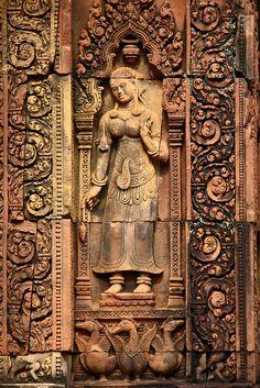 Détail de l'une des apsaras qui ornent les niches des tours-sanctuaires du temple de Banteay Srei, vers 967.