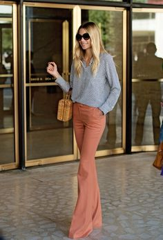 Jessica Hart - these bell bottoms! Looks Street Style, Looks Style, Pantalon Elephant, Look Fashion, Womens Fashion, Fashion Trends, Runway Fashion, Jessica Hart, Baggy Pants