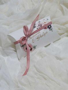 Μπομπονιέρα γάμου - Χάρτινο κουτάκι (μαξιλαράκι) με αναγραφόμενα ονόματα του ζεύγους . Η τιμή συμπεριλαμβάνει το ΦΠΑ και 5 κουφέτα αμυγδάλου Χατζηγιαννάκης