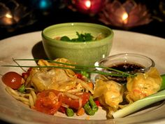 Tre kinesiska dumplings med tre tillbehör