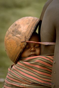 Africa | Sleeping baby.  Northern Nigeria | ©Evan G. Schneider #people #photography #fotografía #retrato