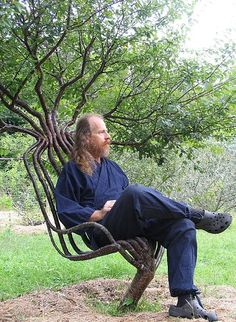 natural tree chair Artist Peter Cook, grew this living garden chair using tree shaping methods, primarily training a living tree through constricting the direction of branch growth. The chair took about eight years to grow ! Dream Garden, Garden Art, Garden Ideas, Tree Chair, Tree Seat, Peter Cook, Outdoor Chairs, Outdoor Furniture, Dining Chairs