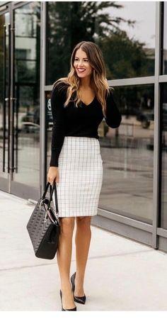 20 looks para quem ama usar estampa xadrez - #GuitaModa. Blusa preta de manga longa, saia lápis branca xadrez grid, scarpin preto de vinil