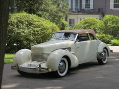 Cord – not very well-known brand, which is one of the first cars produced with the driven front axle. This beautiful representative Cord from 1937 has even a supercharged engine! Cord Automobile, Classy Cars, Future Car, Hot Cars, Cars And Motorcycles, Cars For Sale, Convertible, Antique Cars, Vehicles