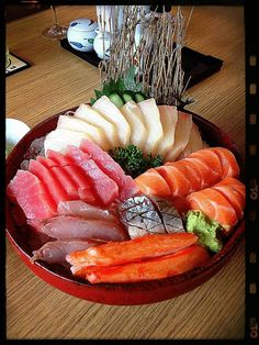 This isn't sushi or sashimi, it's raw meat and fish for a hot pot. Arte Do Sushi, My Sushi, Sushi Love, Sushi Art, Japanese Food Sushi, Japanese Dishes, Japanese Desserts, Food Safety Training, Sashimi Sushi