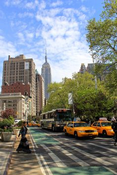 Showing Madison Square Park near the Flat Iron Bldg traffic criss/cross. New York New York. New York Life, Nyc Life, City Aesthetic, Travel Aesthetic, Photographie New York, Foto Glamour, Places To Travel, Places To Visit, Travel Destinations