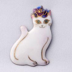 七宝焼ブローチ バラのティアラをつけた白い猫 | HandMade in Japan 手仕事の新しいマーケットプレイス iichi