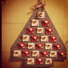 Calendario dell'avvento! Photo Christmas Tree, Merry Christmas, Christmas Countdown, Christmas Holidays, Diy Crafts For School, Felt Crafts, Holiday Crafts, Cool Advent Calendars, Diy Advent Calendar