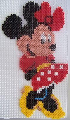 minnie mouse con hama beads, hama mini, perler, etc Perler Bead Designs, Hama Beads Design, Pearler Bead Patterns, Diy Perler Beads, Perler Bead Art, Perler Patterns, Hama Beads Disney, Hama Disney, Hama Mini
