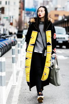 Manteau long et rouge à lèvres rouge foncé à la Fashion Week automne-hiver 2016-2017 de New York