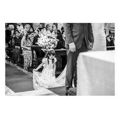 Daminha linda e fofa ajudando a noiva! 😍❤👧🏻 www.quemcasaquerdicas.com | www.guiaqcqd.com  📸 Mariana Kuenerz