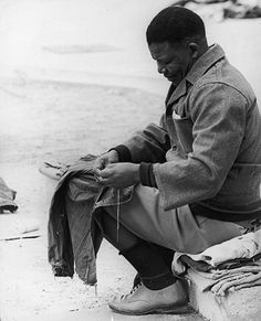 A young Nelson Mandela in prison in Pretoria, before being transferred to Robben Island. Apartheid, Nelson Mandela Young, Prison Outfit, African National Congress, Mandela Quotes, First Black President, Black Presidents, First Humans, Great Leaders