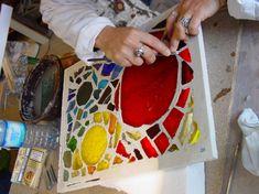 Mosaïque en dalle de verre - Maison de la Mosaïque Contemporaine Glass Houses, Stained Glass Designs, Faceted Glass, Tiffany, Glass Art, Stage, Glow, Inspiration, Step By Step