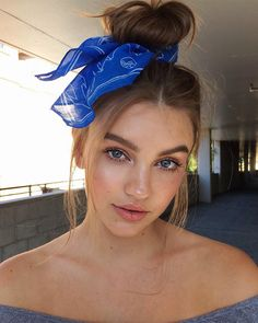 Top Knot With A Scarf 10 fresh Ways To Style Your Hair With A Scarf in 2019 summer Beach Hairstyles For Long Hair, Bandana Hairstyles, Ponytail Hairstyles, Vintage Hairstyles, Summer Hairstyles, Big Hair, Wavy Hair, Your Hair, Trending Hairstyles