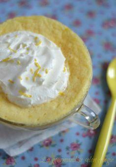 Mug cake au citron 1/2 citron jus , zeste 1oeuf 3 c s lait 1 c s huile 2 c s sucre 4 c s farine 1 c c levure chimique Dans une tasse, mélanger oeuf,sucre, farine et levure. Ajouter lait, jus et zeste de citron et l'huile. Bien mélanger. 3. Placer au micro-ondes pour une minute 20 environ, voire 10 à 20 secondes de plus http://www.la-gourmandise-selon-angie.com/archives/2012/11/16/25590297.html