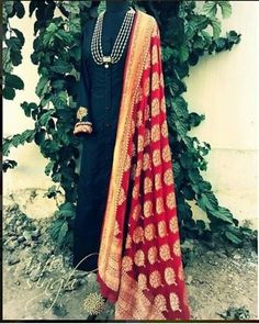 49 Fashionable Street Style Looks To Copy Asap - Luxe Fashion New Trends - Fashion Ideas Indian Gowns, Indian Attire, Indian Ethnic Wear, Pakistani Dresses, Indian Outfits, Look Short, Anarkali Dress, Kurta Designs, India Fashion