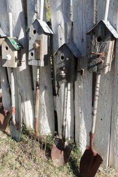 Vogelhuisjes geplaatst op oud tuingereedschap
