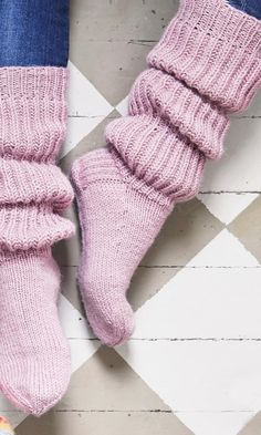 Inspiring recommendations that we take great delight in! Cable Knit Socks, Woolen Socks, Knitting Socks, Hand Knitting, Lace Knitting Patterns, Knitting Stitches, Frilly Socks, Knitting Basics, Cozy Socks