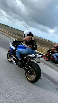 Girl Riding Motorcycle, Dirt Bike Girl, Motorbike Girl, Biker Girl, Gif Motos, Girl Motorcyclist, Ninja Bike, Looks Hip Hop, Chicks On Bikes