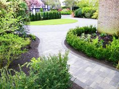 Paved driveway with border Outdoor Paving, Landscaping Retaining Walls, Driveway Landscaping, Driveway Ideas, Block Paving Driveway, Stone Driveway, Driveway Design, Front Garden Path, Front Garden Landscape