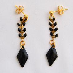 Boucle d'oreille courte avec une chaîne en épi et un losange émaillés noir via Meemosa Design. Click on the image to see more!