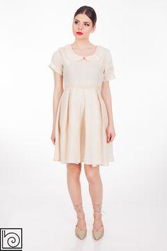 , Платье льняное, бежевого цвета,с круглым воротничком, талия слегка завышенная, свободное, защипы на юбке, сбоку молния, на талии пришито кружево такого же цвета. Barbara Alvisi. Италия.