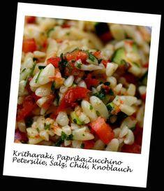 Dieser Salat ist perfekt geeignet, um ihn mitzunehmen für die Mittagspause! Die griechischen Nudeln Kritharaki, die wie Reis aussehen, sind so klein, dass sie sich herrlich mit dem Gemüse und dem O… Whisky Tasting, Cheese Stuffed Chicken, Risotto, Salsa, Ethnic Recipes, Food, Private Website, Pizza, Dressings