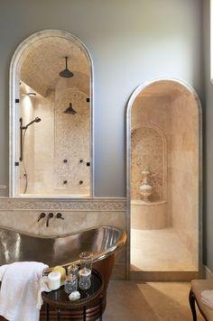 Королевская душевая: сводчатый потолок, арки и кремовый камень