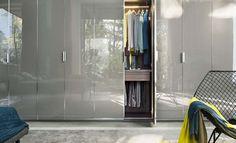 Lema - Un dressing aux portes en verre opaque gris - Idéal dans un couloir, une chambre, il s'intégrera partout !