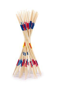 """Mikado """"Rado"""". 41 Spielstäbe aus Holz schulen die Geschicklichkeit der Spieler drinnen und draußen. Wer glaubt, mit den großen Stäben ist es einfacher als mit den kleinen, wird schnell eines Besseren belehrt - denn nur geschickte und geduldige Hände werden hier viele Stäbe sammeln! Mit praktischem Netz gesammelt aufbewahrt."""