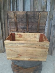 Outdoor storage chest/bench made from re purposed pallets
