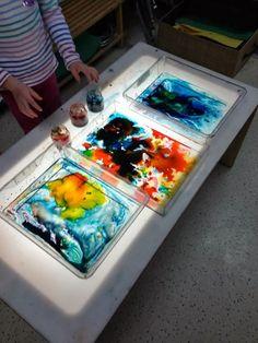 Reggio inspired light and shadow play with art! Reggio Emilia, Preschool Colors, Preschool Art, Reggio Classroom, Autism Classroom, Licht Box, Light Board, Shadow Play, Shadow Art
