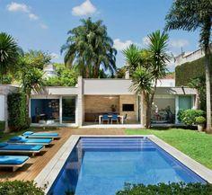 Área de lazer, churrasqueira e academia têm vista para a piscina nesta casa.