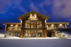 Hafjell - Eksklusiv og eventyrlig tømmerhytte fra 2016 med spektakulær utsikt - Ski inn & ut alpint og langrenn - Meget høy og påkostet standard med moderne og tekniske løsninger - 10 soverom - Dobbel garasje i u etg - Egen leilighet i U.etg. | FINN.no Wooden Cabins, Jacuzzi, Real Estate, Mansions, House Styles, Interior, Ski, Home Decor, Mountain