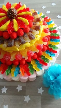 Cute cake with real sweets. Perfect to share on a kids party. Candy Cakes, Cupcake Cakes, Cupcakes, Sweets Cake, Bar A Bonbon, Candy Bouquet, Candy Party, Candy Store, Food Humor
