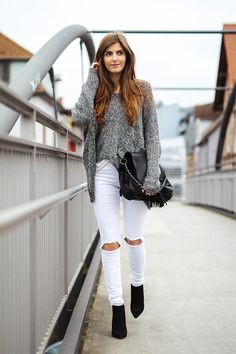 Cute Fall Outfit Idea Knit Oversized Sweater Plus Black Bag Plus White Ripped Jeans Plus Boots - Women's Style - Outfits Cute Fall Outfits, Fall Winter Outfits, Casual Outfits, Spring Outfits, Casual Winter, Simple Outfits, Winter Dresses, Winter Style, White Jeans Outfit