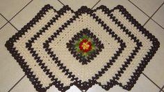 tapetes de barbante com flor e lozangos