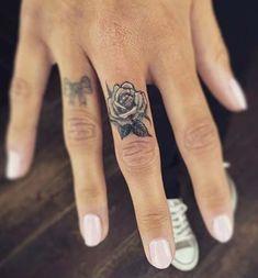 Piccoli tatuaggi sulle dita della mano - Lei Trendy