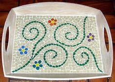 Bandeja decorada com a técnica do mosaico, confira os materiais