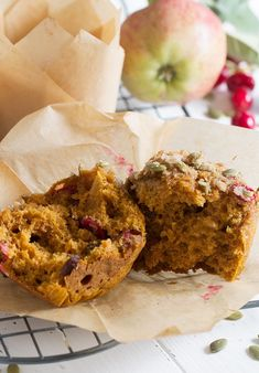 Harvest Pumpkin Cranberry Muffins - Celebrate harvest season with these pumpkin cranberry muffins, with added carrot, apple, raisins and seeds. Savory Pumpkin Seeds, Healthy Pumpkin, Cranberry Recipes Healthy, Yummy Snacks, Delicious Desserts, Bakery Muffins, Applesauce Muffins, Healthy Food Alternatives, Cranberry Muffins