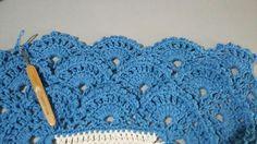 TAPETE RETANGULAR RENDADO EM CROCHÊ COM PASSO A PASSO Crochet Top, Crochet Hats, Diy And Crafts, Crochet Necklace, Elsa, Blanket, Google, Crochet Rug Patterns, Rectangular Rugs