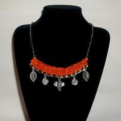 Collar 48: lana naranja y dijes. Ch$4.000.