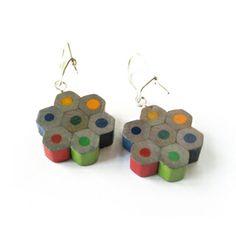 Lempivärin moniväriset kukkakorvikset - Astubutiikkiin.fi Beaded Earrings, Drop Earrings, Jewellery Diy, Diy Crafts, Gift Ideas, Beads, Handmade, Gifts, Design