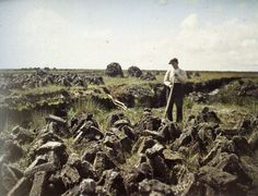 Irish Worker cuts turf - May 1913 - Connemara, County Galway, Ireland Ireland Pictures, Images Of Ireland, Old Pictures, Old Photos, Vintage Photos, First Color Photograph, Albert Kahn, Irish Traditions, Portraits