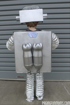 How to make the coolest Robot Costume Ever! How to make the coolest Robot Costume … Robot Halloween Costume, Fete Halloween, Family Halloween, Halloween Halloween, Vintage Halloween, Halloween Makeup, Recycled Costumes, Recycled Robot, Diy Robot
