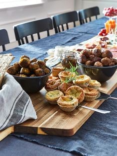 Juhla-ateria ilman ruoanlaittoa - IKEA Cheese Pies, Meat And Cheese, Appetizers For Party, Appetizer Recipes, Plateau Charcuterie, Charcuterie Board, Party Finger Foods, Mets, Holiday Dinner