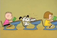 Snoopy at school. Gifs Snoopy, Snoopy Videos, Snoopy Quotes, Charlie Brown Cartoon, Charlie Brown Und Snoopy, Charlie Brown Christmas, Snoopy Love, Snoopy E Woodstock, Cartoon Gifs