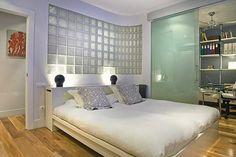 Glass Brick: Models, Pricing and 60 Inspiring Photos Glass Blocks Wall, Block Wall, Bedroom Wall, Bedroom Decor, Small Bathroom Window, Casa Clean, Glass Brick, Masonry Wall, Curved Walls